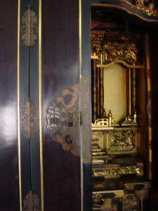 仏壇の洗濯(クリーニング)前の写真 仏壇の扉と中